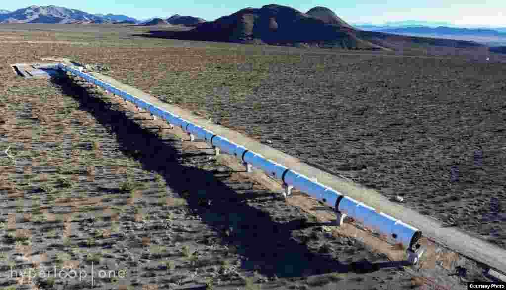 """""""骇魄飞车""""在美国内华达州试车。7月12日,骇魄管道飞车公司 (Hyperloop One) 宣布,他们已经在真空环境测试实体尺寸的Hyperloop科技并获得成功,第一次运行,在内华达州的测试轨道上取得时速70英里(113公里)的成绩,尽管只运行了5点6秒,但工作团队仍然欢欣鼓舞,因为没有发生任何意外,下一个阶段将把速度提高到时速250英里(402公里)。流线型的车体是用铝和碳纤维打造的,运用电磁推进和磁浮科技,未来的目标是以接近超音速的速度输送货物和乘客。"""