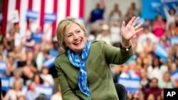 民主党总统候选人希拉里·克林顿抵达科罗拉多州一个竞选集会时向民众挥手。(2016年8月3日)
