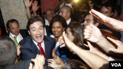 Pedro Passos Coelho, pemimpin Partai Sosial Demokrat (PSD) menyalami para pendukungnya setelah memenangkan pemilu Portugal (5/6).