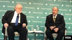 Former Israeli Ambassador to the U.N. Dore Gold, right, participates in a dialogue with the Hudson Institute's Walter Russell Mead in Washington on Nov. 27, 2018. (M. Lipin, VOA Persian)