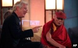 Diễn viên Richard Gere và Đức Đạt Lai Lạt Ma. Ông Gere là người đã tích cực vận động cho tự do của Tây Tạng trong nhiều năm qua.