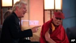一向關注西藏人權問題的荷里活影星李察.基爾2010年10月19日在阿特蘭大的一所大學和西藏流亡精神領袖達賴喇嘛見面。