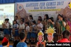 Kesenian musik tradisional angklung mengisi lomba dan peragaan busana adat daerah di SDK St. Aloysius Surabaya.