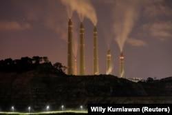 Asap dan uap uap dari PLTU Batubara milik Indonesia Power, di sebelah Proyek PLTU Batubara Jawa 9 dan 10 di Suralaya, Banten, 11 Juli 2020. (Foto: REUTERS/Willy Kurniawan )