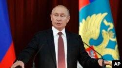 Prezidan Ris Vladimir Putin Pran Lapawol nan Moskou nan Dat 19 Jiyè 2018. AP/ Sergei Karpukhin.