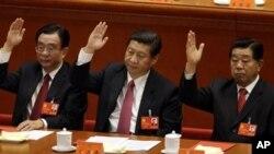 Jia Qinglin (paling kanan) saat menjabat sebagai Ketua Konferensi Konsultatif Politik dalam Kongres Partai Komunis Tiongkok bersama Presiden Tiongkok Xi Jinping (tengah), dan Ketua Komisi Inspeksi Disiplin Partai Komunis Tiongkok He Guoqiang (kiri), 14 November 2012 (Foto: dok).