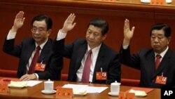 中共十八大闭幕式上习近平、政协主席贾庆林(右)和中纪委书记贺国强(左)举手赞成一个工作报告。贾庆林何去何从?