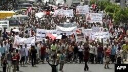 Người biểu tình kêu gọi bãi chức những người trong gia đình ông Saleh đang nắm giữ các vai trò lãnh đạo