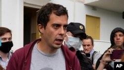Роман Доброхотов в окружении полицейских. 28 июня 2021 года.
