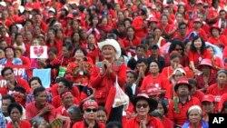 "Para demonstran ""Kaos Merah"" dalam aksi unjuk rasa di persimpangan Ratchaprasong, Bangkok, Thailand, 19 Mei 2012. (Foto: dok)."