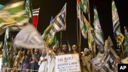 Pokiston mudofaasi kengashi tarafdorlari NATO uchun tranzit yo'llarining qayta ochilganiga norozilik bildirib, Islomobodda namoyish qilmoqda. 9-iyul, 2012-yil.