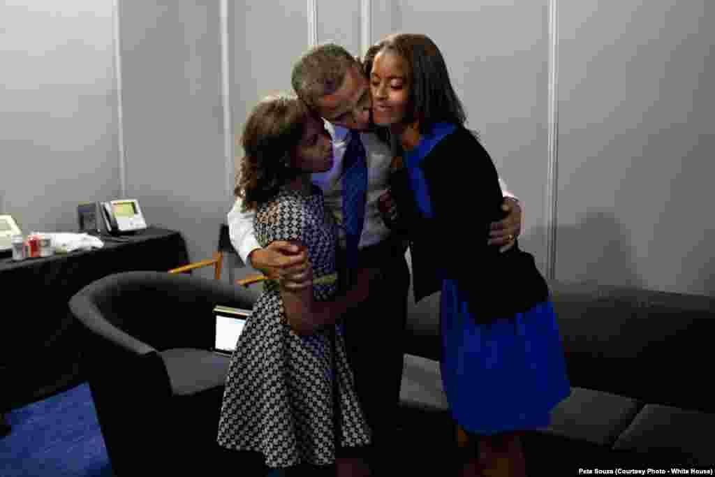 Le président prend ses filles dans ses bras, avant un discours pour le parti démocrate, à Charlotte en Caroline du Nord, le 6 septembre 2012.