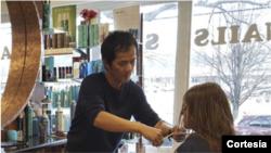 Divo Le, un inmigrante vietnamita dueño de Divo Hair Salon en Alexandria, Virginia, ha visto su sueño americano amenazado por la COVID-19.