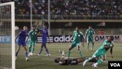 Striker Nigeria Ekitho Ehiosun, kanan, mencetak gol ke gawang Sierra Leone dalam pertandingan persahabatan di Stadion Teslim Balogun Lagos, Nigeria, bulan lalu. Nigeria akan menjamu Argentina 1 Juni.