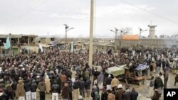 Warga Afghanistan melakukan unjuk rasa di depan pangkalan udara NATO di Bagram (foto: dok). Serangan roket atas pangkalan ini menewaskan 3 warga Afghanistan.
