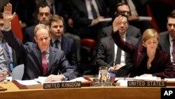 미국 뉴욕 유엔본부에서 열린 안보리 회의에서 북한에 대한 새로운 제재를 포함하는 대북 결의 2270호를 채택한 지난 3월, 사만다 파워 유엔 주재 미국대사(오른쪽)와 매튜 라이크로프트 영국 대사가 손을 들어 표결하고 있다.