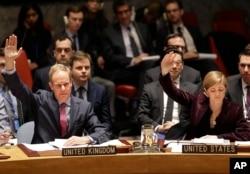 지난 3월 2일 미국 뉴욕 유엔본부에서 열린 안보리 회의에서 북한에 대한 새로운 제재를 포함하는 대북 결의 2270호를 채택했다. 사만다 파워 유엔 주재 미국대사(오른쪽)와 매튜 라이크로프트 영국 대사가 손을 들어 표결하고 있다. (자료사진)