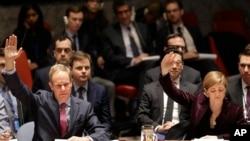 지난 3월 미국 뉴욕 유엔본부에서 열린 안보리 회의에서 사만다 파워 유엔 주재 미국대사(오른쪽)와 매튜 라이크로프트 영국 대사가 손을 들어 대북 제재 결의 2270호에 대한 표결을 하고 있다. (자료사진)