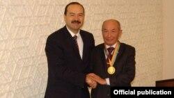 O'zbekiston Bosh vaziri o'rinbosari Abdulla Oripov (chapda) marhum shoir Abdulla Oripov bilan, 2007-yil, 12-yanvar.