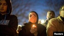 11일 미국 노스 캐롤라이나 채플힐에서 이웃 주민의 총격으로 피살된 이슬람교도 일가족을 애도하는 촛불집회가 열렸다.