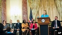 ລັດຖະມົນຕີການຕ່າງປະເທດສະຫະລັດ ທ່ານນາງ Hillary Clinton ກ່າວໃນພິທີ ນຳສະເໜີລາຍງານ ການລັກລອບຄ້າມະນຸດປະຈຳປີ ທີ່ກະຊວງຕ່າງປະເທດສະຫະລັດ (27 ມິຖຸນາ 2011)