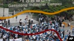 ພວກປະທ້ວງຊຶ່ງປະກອບມີທັງເຈົ້າຂອງທຸລະກິດ ແລະຄົນງານເກົາຫລີໃຕ້ ທີ່ເຮັດວຽກຢູ່ໃນເຂດອຸດສະຫະກໍາ Kaesong (KIC) ພາກັນໄປໂຮມຊຸມນຸມກັນຖືປ້າຍ ແລະຮ້ອງໂຮ ເພື່ອຮຽກຮ້ອງໃຫ້ເຂດອຸດສະຫະກໍາຮ່ວມ Kaesong ກັບຄືນສູ່ສະພາບ ປົກກະຕິໂດຍໄວ ຢູ່ໃກ້ຊາຍແດນຂອງສອງປະເທດໃນວັນພຸດ ທີ 14 ສິງຫາ 2013