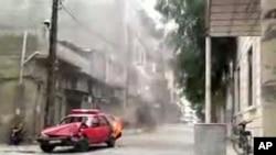 视频截图显示5月20日的反政府示威中有警车被焚烧