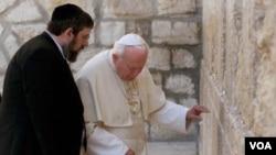 Peregrino y misionero por igual, el Papa Juan Pablo II diseminó el mensaje de paz en todos los continentes.