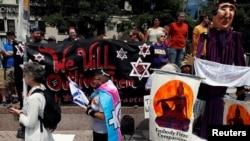 """美国民众8月12日上午聚集在首都华盛顿自由广场,准备参加对抗白人至上组织""""团结右翼""""在白宫前举行的纪念维州夏洛茨维尔白人至上主义者集会一周年的活动。"""