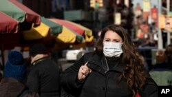 紐約一名女子擔心新冠病毒傳播,戴上了口罩。(2020年1月30日)