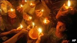 سانحہ کار ساز کو چار سال مکمل،مرنے والوں کی یاد میں پھول نچھاور، ہزاروں چراغ روشن