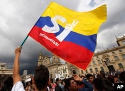 ຜູ້ສະໜັບສະໜູນ ຂໍ້ຕົກລົງສັນຕິພາບ ລະຫວ່າງ ລັດຖະບານ ໂຄລອມເບຍ ແລະ ກຸ່ມ Revolutionary Armed Forces of Colombia ໂບກທຸງ ໃນລະຫວ່າງ ການໂໍຮມຊຸມນຸມ ຢູ່ດ້ານໜ້າ ລັດຖະສະພາ ໃນນະຄອນຫຼວງ Bogota ຂອງໂຄລອມເບຍ, ວັນທີ 3 ຕຸລາ 2016.