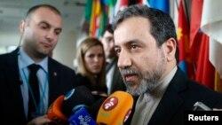 Wakil Menlu Iran, Abbas Araghchi memberikan keterangan kepada media (foto: dok).