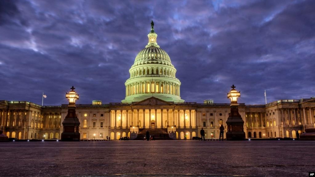 2018年1月21日夜幕降临时的美国国会大厦