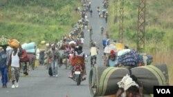 Des dizaines de milliers de déplacés ont fui des combats dans la ville de Sake, à l'ouest de Goma, en RDC, 23 novembre, 2011. (G. Joselow / VOA)