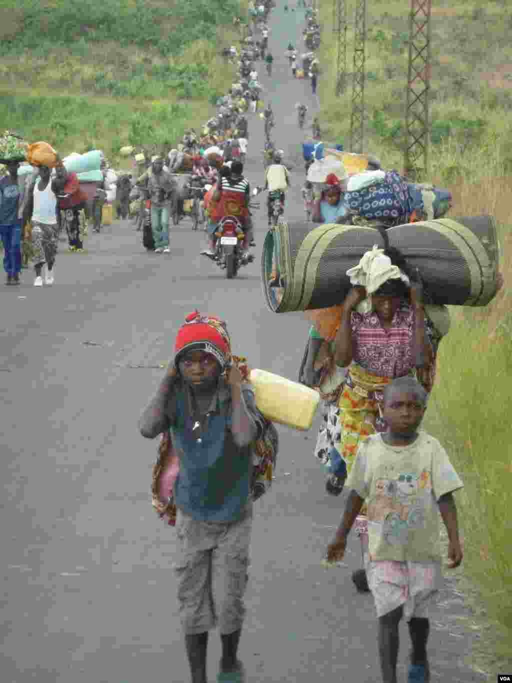 Fighting has displaced tens of thousands of people from the town of Sake, west of Goma, DRC, November 23, 2011. (G. Joselow/VOA)