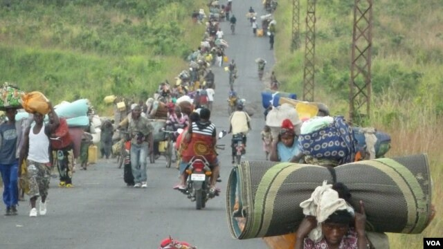 Refugiados congoleses da cidade de Sake em direcção a Goma