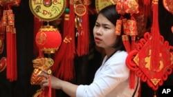 Một phụ nữ đang xem đèn lồng trang trí ngày Tết ở phố cổ Hà Nội, Việt Nam, ngày 6/2/2016.