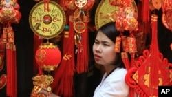 Gian hàng đồ trang trí Tết Nguyên đán trong khu phố cổ của Hà Nội, ngày 6/2/2016.
