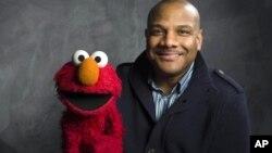 El titiritero Kevin Clash posa con Elmo, durante el festival de cine Sundance, en 2011.