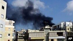 24일 시돈시에서 일어난 정부군과 아시르 지지자들 간의 충돌로 사원에서 검은 연기가 나오고 있다.