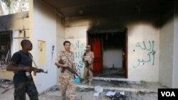 2012年9月14日在美國駐利比亞班加西的領事館受到襲擊後,利比亞軍方警衛人員在 領事館附近巡邏的照片
