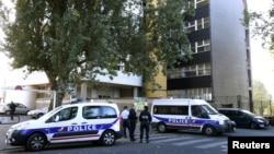 19일 이슬람 풍자 만화를 게재한 주간지 샤를리 엡도의 파리 지부 건물에 배치된 경찰.