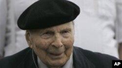 2008년 5월 미조리 주 1차대전 기념비 제막식에서 성조기를 받는 버클스 씨