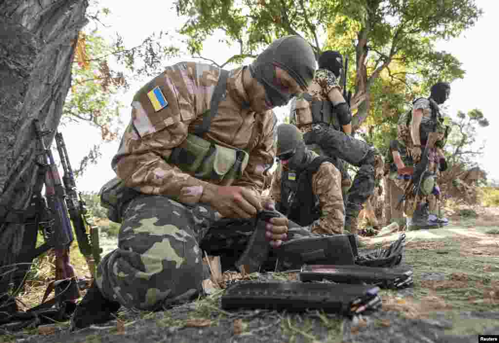 Ukrainian soldiers from the volunteer battalion Shakhtarsk attend a training session on the outskirts of the southern coastal city of Mariupol, Sept. 15, 2014.