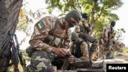 15일 우크라이나 마리우폴에서 정부군 병사가 훈련을 받고 있다. (자료사진)