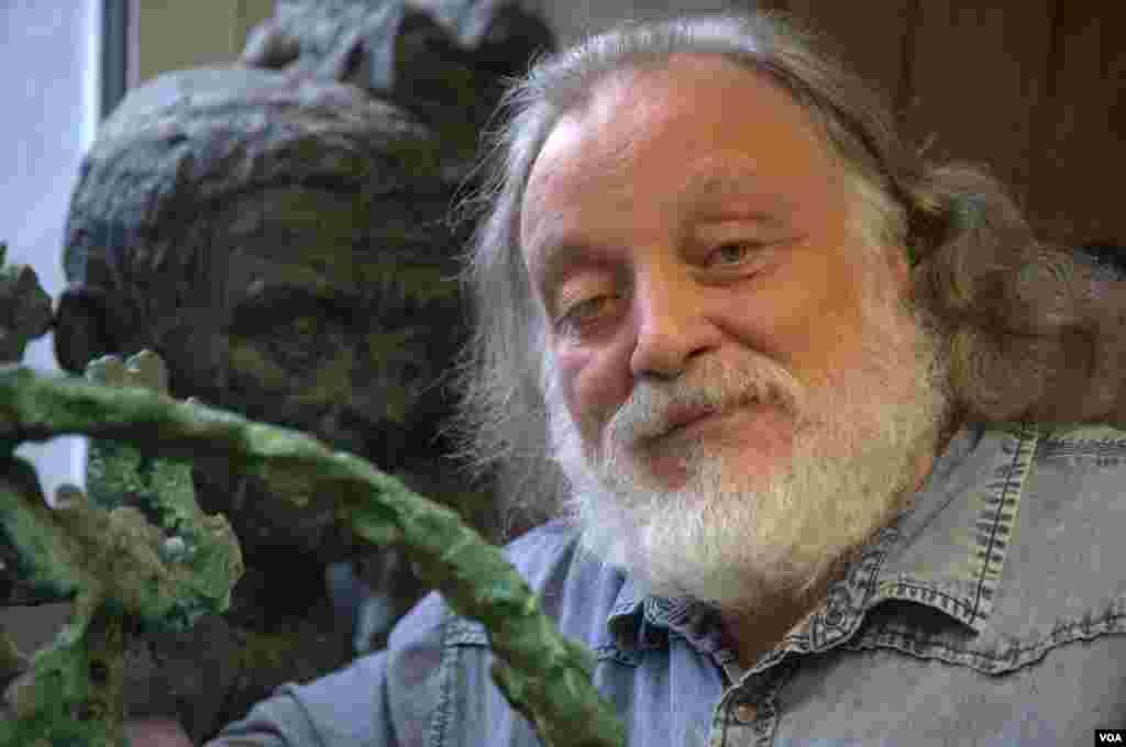Скульптор Григорий Потоцкий в мастерской