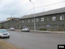西伯利亚主要城市雅库特市中心的一条街道。(美国之音白桦拍摄)
