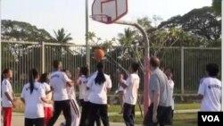 အေမရိကန္သံအမတ္ ႏွင့္ ျမန္မာႏိုင္ငံက ၀ါသနာရွင္ ဘတ္စ္ကတ္ေဘာ အားကစားသမားေတြ သရုပ္ျပ ဘတ္စ္စကတ္ေဘာ ကစားေနၾကစဥ္ (ဒီဇင္ဘာ ၂၈ ၂၀၁၂)