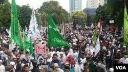 Ribuan orang dari berbagai organisasi kemasyarakatan berdemonstrasi di dekat Kedutaan Besar Myanmar di Jakarta hari Rabu 6/9 (Foto: VOA/Fathiyah).